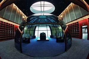 Hay tiempo para la lectura. Ésta es la biblioteca. La utilidad de la zona central no se conoce (es secreta) así como la ausencia de libros en los estantes. La financiación y sus fuentes también están bajo secreto galáctico.